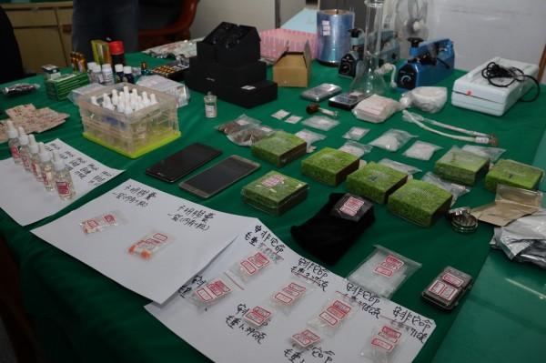 王嫌身上與家中擁有21種藥物、毒品分裝器及電子磅秤,儼然是一間毒品分裝廠。(記者林敬倫攝)