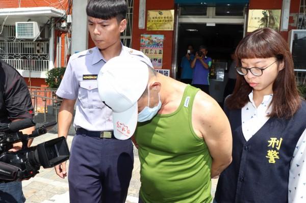 王嫌(中)遭到礁溪警分局的蕭維萱(右)及高睿佐(左)合力逮捕。(記者林敬倫攝)