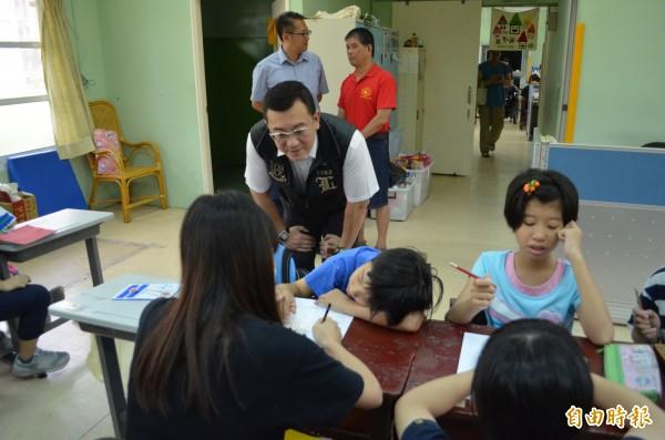 新竹市議會副議長許修睿(穿黑背心者)聽取家長和智障福利協進會的意見和心聲。(記者洪美秀攝)