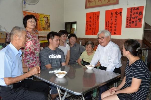 陳振賢家中經營小吃攤,平時還要幫忙洗碗端盤。(雲林縣政府提供)
