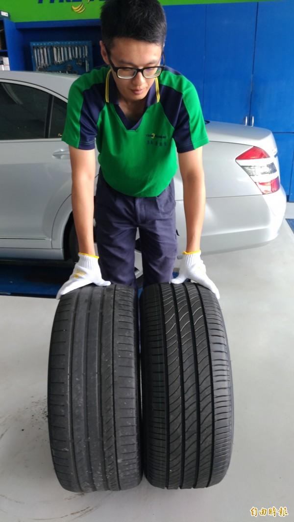 虎尾一家輪胎修車廠店長蔡政呈比較新舊輪胎胎紋(圖右為新輪胎)。(記者廖淑玲攝)