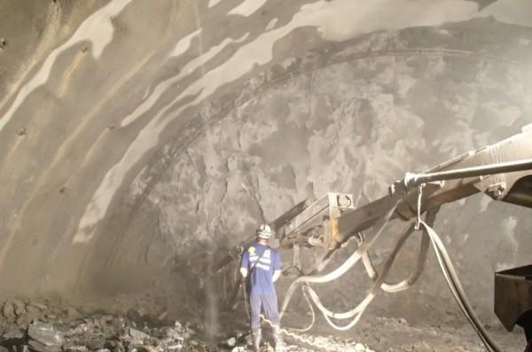 蘇花改仁水隧道自104年4月開挖迄今,開挖長度已達1911公尺,成功通過片麻岩與大理岩交界的高風險軟弱帶,預計8月底前就可完成剩餘1公里進度,貫通仁水主隧道。(蘇花改工程處提供)