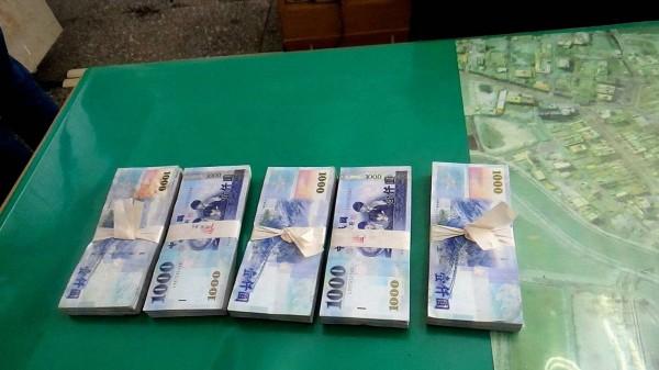 蘇姓男子已提領50萬元,原本要匯款,幸好被警方攔阻。(記者林宜樟翻攝)