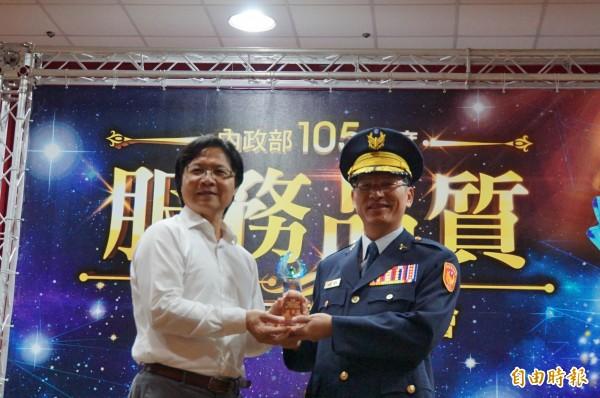 雲林縣警察局獲服務品質獎,獲內政部長(左)葉俊榮頒獎。(記者詹士弘攝)