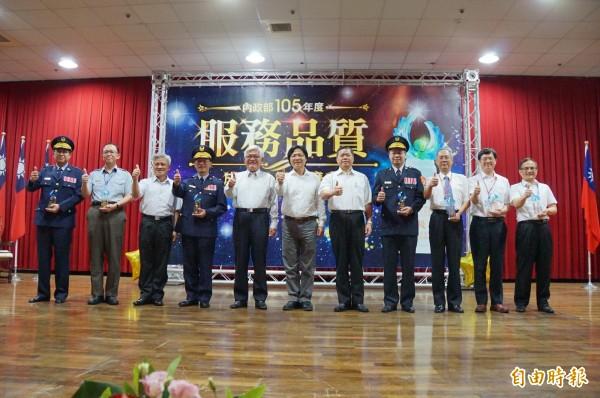 包括雲林縣警察局等7個績優單位,獲內政部長葉俊榮頒獎。(記者詹士弘攝)
