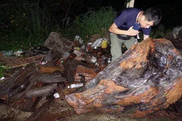 保七警方在張男住家查扣大批珍貴盜採林木。(記者彭健禮翻攝)