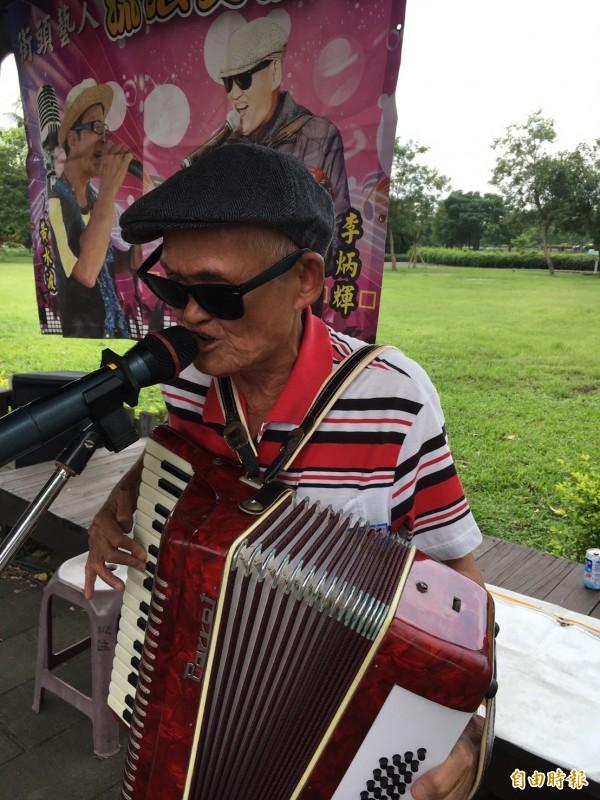 以《流浪到淡水》一曲成名的歌手李炳輝報考彰化縣街頭藝人考試,確定通過取得證照。(資料照,記者顏宏駿攝)
