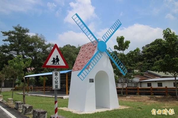 新埔鎮長林保祿說,北平社區年底的花海將環繞在美麗的風車地景周邊,展現跟現在不一樣的風情。(記者黃美珠攝)