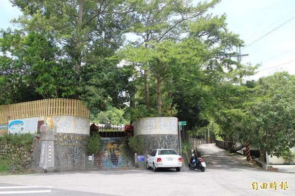 本月剛轉型成為實驗小學的新埔北平國小,校園蓊蓊鬱鬱,就在當地社區的風車地景藝術旁。(記者黃美珠攝)