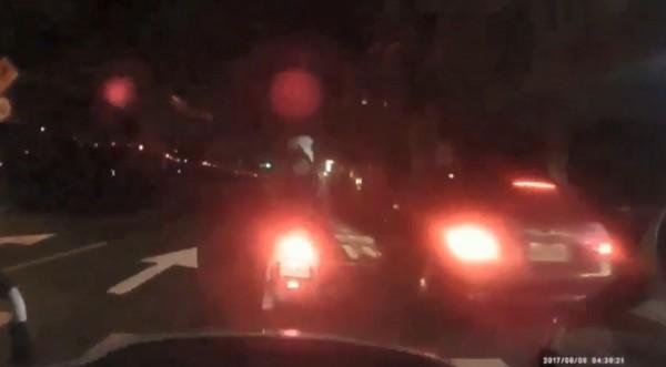 參與聚眾鬥毆的江姓男子因車輛故障,臨停路旁遭警方逮捕。(記者陳薏云翻攝)