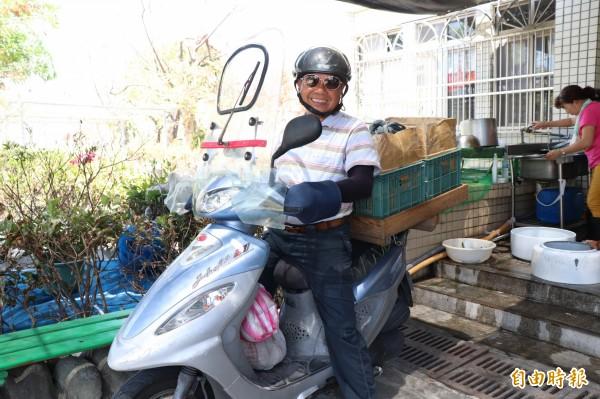 莊木昌本身也是古亭社區發展協會的理事長,原為修水塔及裝冷氣的工人,65歲退休後,先陸續到環保局和衛生局擔任志工,現在則再幫社區獨居長者送午餐。(記者林敬倫攝)