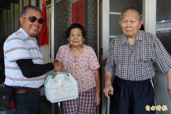 莊木昌(左)堅持將便當送到獨居長者手中。(記者林敬倫攝)