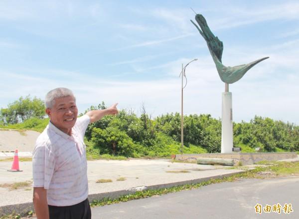 王功漁民表示,漁民出海只能靠港口西側裝置藝術「起飛」的投射燈提供照明,現在燈也壞了,只能摸黑出海。(記者陳冠備攝)