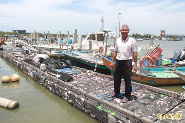王功漁港西側停滿近百艘漁船,漁民每晚凌晨時分,只能摸黑出海捕魚,大感不便。(記者陳冠備攝)