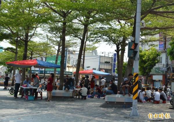 彰化火車站前廣場每逢假日都聚集大批外勞,卻有部分外勞亂丟垃圾,破壞環境衛生。(記者湯世名攝)