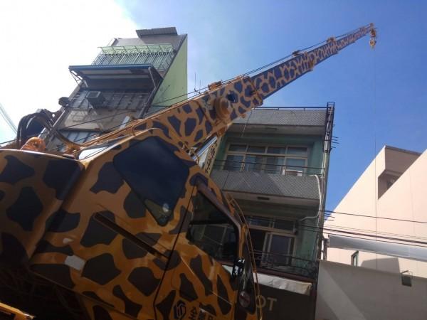 這輛大吊車彩繪成「長頸鹿」,伸出吊臂高達8層樓,民眾驚呼「太夢幻!」(記者湯世名翻攝)