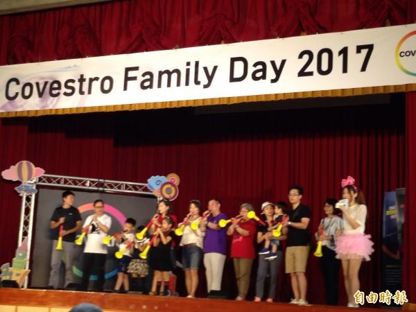 科斯創家庭日揭幕,總經理李銘城(身穿紫色上衣)吹響巫巫茲拉。(記者張慧雯攝)