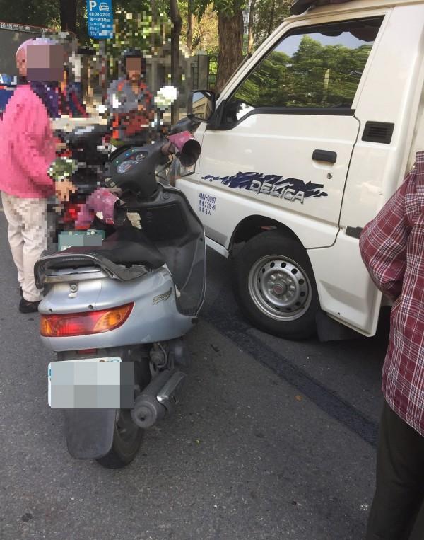 賴婦的機車(左)併排停車,卻因被開單不滿申訴自曝停5分鐘,罰款從500變2400元。(記者洪定宏翻攝)