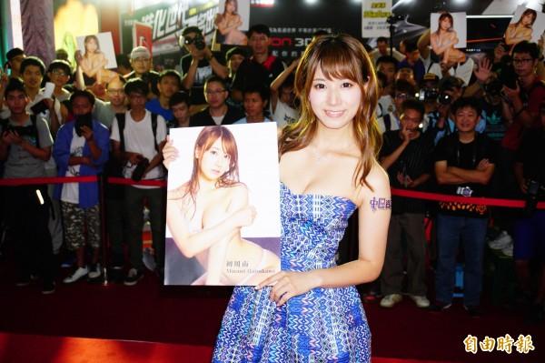 日本人氣AV女優初川南在中區資訊展與粉絲相見歡。(記者何宗翰攝)