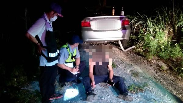 李姓男子(右一)意圖自殺,被警方及時救回。(記者周敏鴻翻攝)
