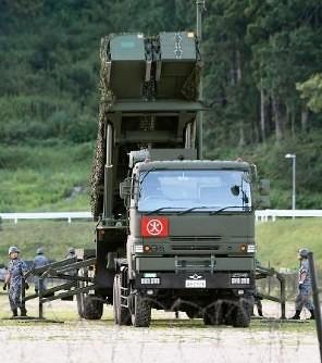 針對北韓準備對關島發射導彈的通告,日本緊急在廣島等四個自衛隊屯駐地佈署PAC3攔截飛彈部隊,發射台已佈署完畢。(取自網路)