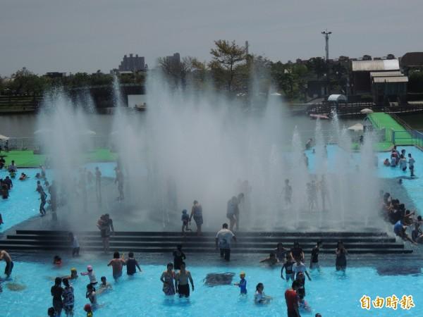 今天宜蘭童玩節遊客數突破30萬人次,圖為園區戲水設施水迷宮。(記者江志雄攝)