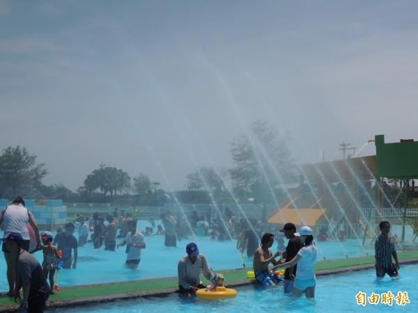 童玩節戲水設施是許多遊客的最愛。(記者江志雄攝)