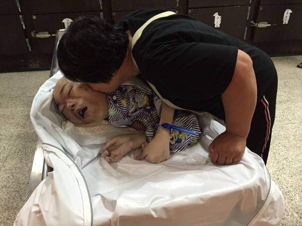 林金蓮給奕凱最後一吻,希望他在天上當個快樂小天使。(記者蔡彰盛翻攝)