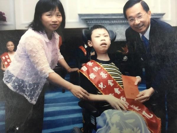 曾奕凱曾榮獲2005年總統教育獎,與母親林金蓮(左)同時接受當時總統陳水扁的表揚。(記者蔡彰盛翻攝)