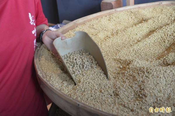 花蓮僅存的傳統手工醬油老店「新味醬油」,經營迄今依舊堅持沿用日治時期的豆麥釀造技術,讓醬油有股純淨真實的好味道。(記者王峻祺攝)