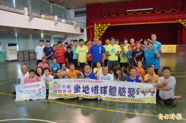 生命勇者,誰與爭峰,坐地排球體驗營,一圓身障者打排球的夢想。(記者詹士弘攝)