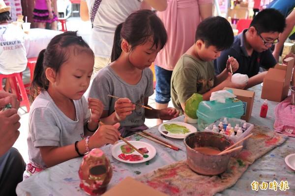 小朋友開心參與火龍果陶瓷彩繪活動。(記者蔡宗憲攝)