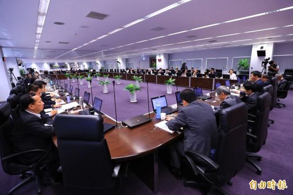 台中市政會議繼開放網路直播後,又將專案報告內容PO網,方便市民關心市政。(記者黃鐘山攝)