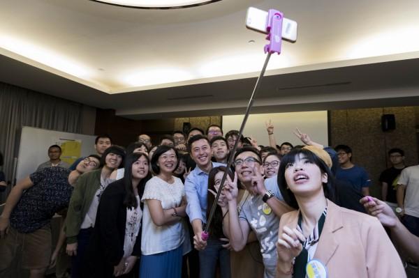 新竹市長林智堅(中)與年輕粉絲們大玩自拍。(記者蔡彰盛翻攝)