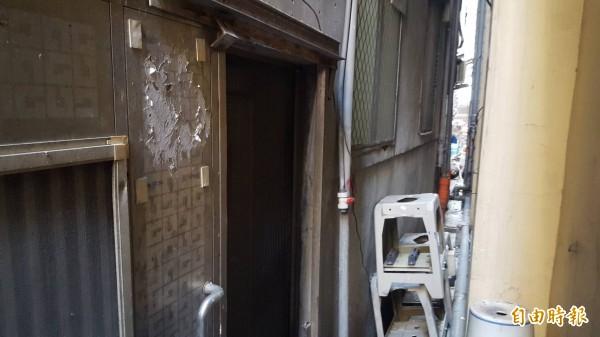 冷氣工掉在不到50公分寬的防火巷內,救護困難。(記者王宣晴翻攝)