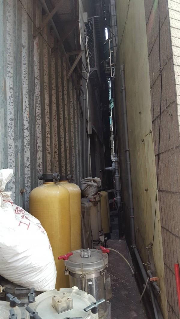 冷氣工墜落在不到50公分寬的防火巷內,救護困難。(記者王宣晴翻攝)