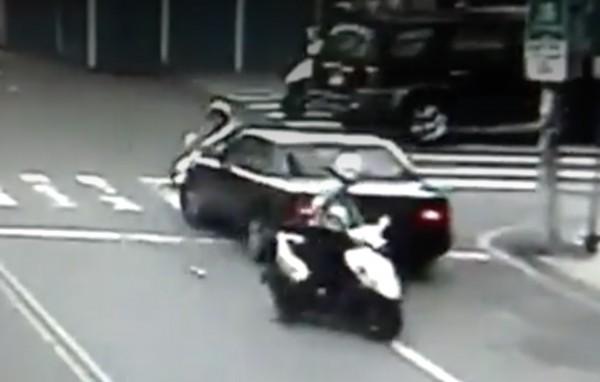 林男拒絕臨檢,駕車加速往前衝,撞到前方騎機車阻擋的女警。(翻攝畫面)