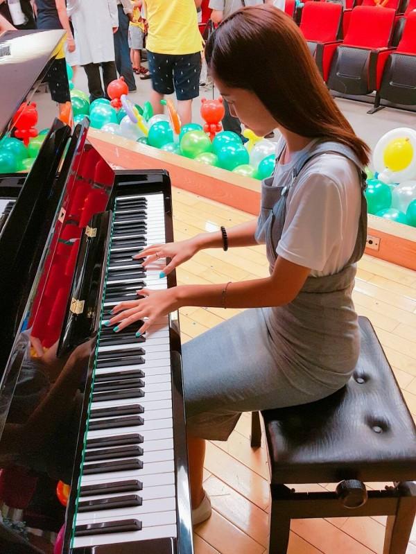 優雅彈鋼琴的蔡杺珆。(記者洪定宏攝)