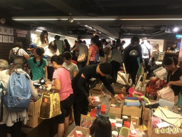 家扶基金會與茉莉二手書店今天及明天在台中舉辦「二手惜物 為愛義賣」活動,今天首日,吸引眾多民眾來尋寶。(記者蘇金鳳攝)