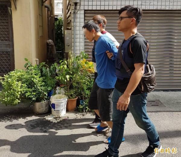 涉嫌2度襲警的嫌犯金國興(右2),朋友稱他「興仔」,諧音接近「清仔」,差點誤導了警方辦案。(記者黃良傑攝)
