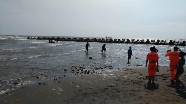 新竹縣新豐鄉紅樹林觀海大道,今天下午傳出一名14歲國中生溺水,所幸隨即被警消人員救上岸,頭部擦傷並有些微失溫,沒有大礙。(記者廖雪茹翻攝)