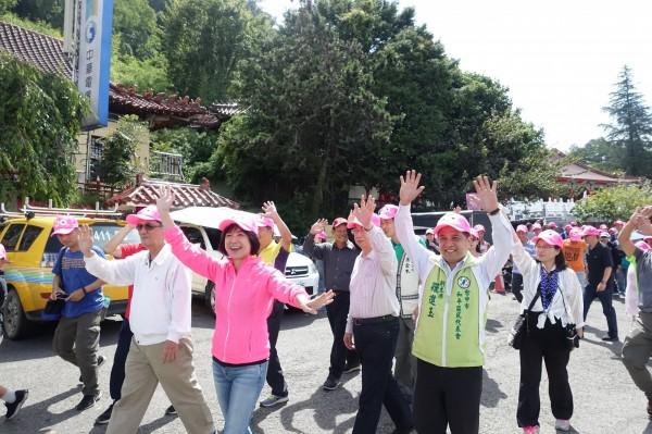 副市長林陵三、立委何欣純、和平區代會副主席羅進玉等人,與民眾一起參加健走。(民眾提供)