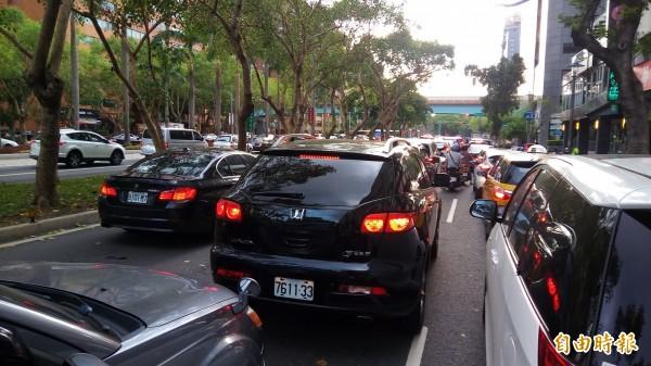 812妝遊嘉年華踩街下午登場後,一度造成仁愛路、忠孝東路出現擁擠車潮。(記者黃建豪攝)