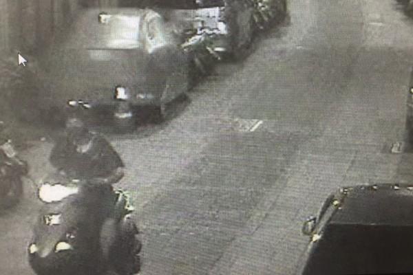 男子借家人的機車到新莊老街行竊。(記者王宣晴翻攝)