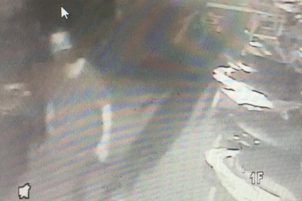 男子為避免警方以車追人,還步行接近下手目標。(記者王宣晴翻攝)