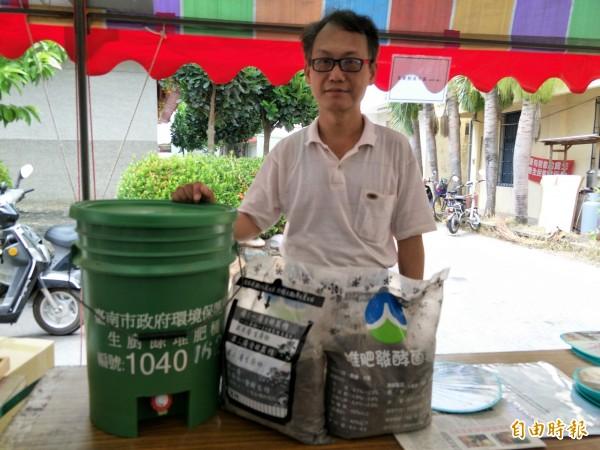 康寧大學休閒管理系主任胡子陵教導製作生廚餘的肥料。(記者邱灝唐攝)
