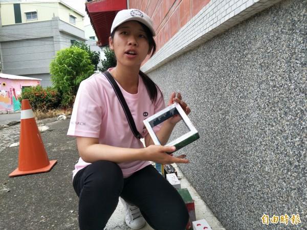 銘傳大學建築系的吳慈芳表示,木框放進作品可以保存回憶。(記者邱灝唐攝)