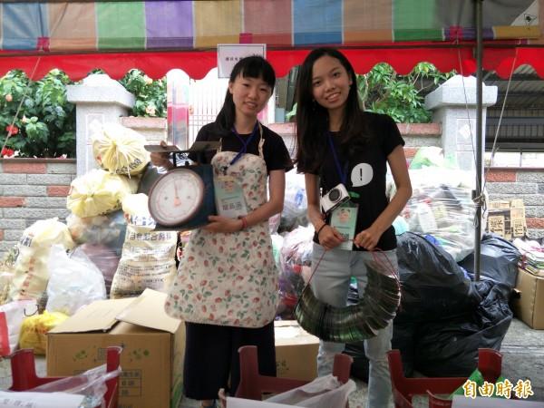 暑假到社區打工的龍品涵和林潔儀忙著收取回收物品。(記者邱灝唐攝)