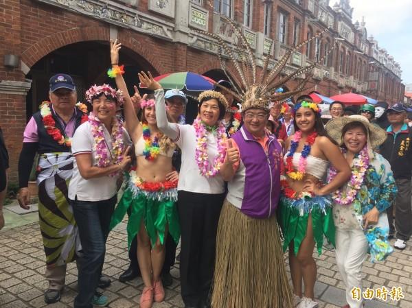 新竹縣湖口老街「繽紛藝夏」嘉年華會,今天有國內外街頭藝人歌舞團隊,在古意盎然的老街遊行,充滿異國風情。(記者廖雪茹攝)