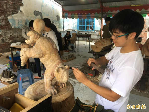 西螺木雕創作營學員專注創作。(記者黃淑莉攝)